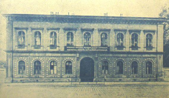 Budova školy od r. 1924