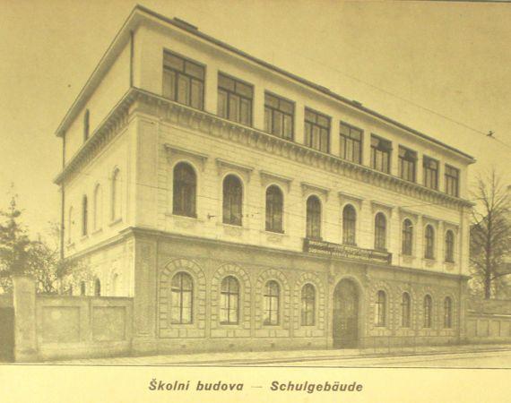 Důležitou událostí školy byla přístavba druhého poschodí v r. 1932. Škola tím získala nové prostory pro kreslírnu, nové kabinety, šatny i záchody.