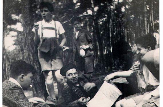 Prof. Baruch Kurzweil se studenty brněnského židovského gymnázia při oslavě svátku Lag ba omer v roce 1935.
