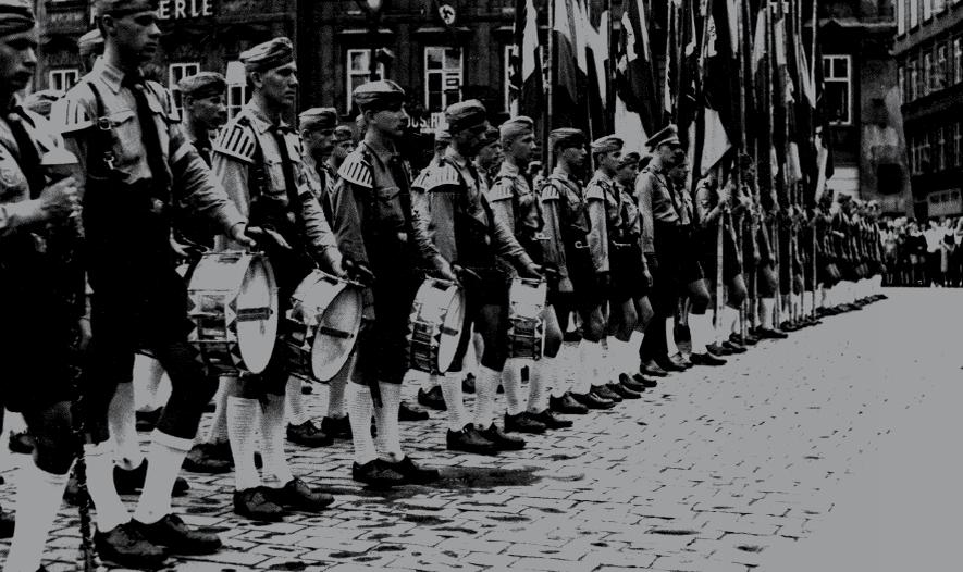 Oddíl německých univerzitních bubeníků na pražském Staroměstském náměstí (3. 10. 1941)