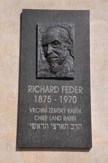 Pamětní deska R.Federa při vstupu na brněnský židovský hřbitov
