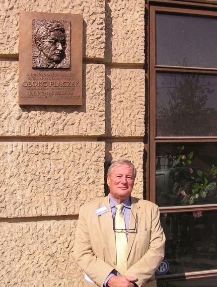Anthony Placzek (synovec) a pamětní deska G. Placzkovi na Nám. Svobody 3