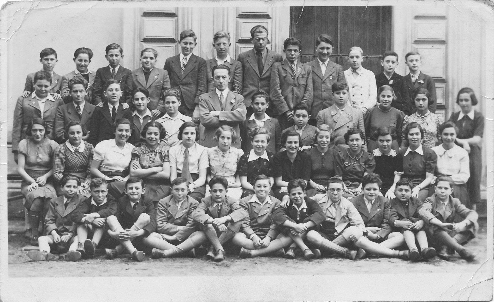 3. tř. 1937/38 horní řada: Karel Fischer, Kurt Schön, ?, Harry Ast, Erich Reiss, Adolf Goldmann,?, ?, ?, ?, ?, Herbert Deresiewicz 2. řada: Jedidjah Grünfeld, František Spitzer, ?, ?, ?, prof. Leopold Schnitzler, ?, Kurt Jellinek, Oskar Beer, Ida Gottlobová, ?, Martha Taussová 3. řada: ?, ?, ?, ?, ?, ?, ?, ?, Gerda Meiselová, Stella Baruová, Lydia Schönová, ?, ? sedící dole: Jiří Hochberger, Wolfgang Reinhold, Erich Gelbkopf, ?, Kurt Baum, ?, Gideon Goldschmied, ?, ?, ?, ?