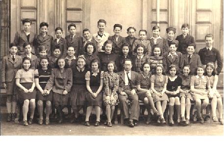 tř. 2. A 1940/41 3. zleva v prostřední řadě Robert Zaitschek sedící: 6. zleva Lilli Axelrodová, vedle ní prof. Otto Fuchs, 2. zprava Ruth Haasová