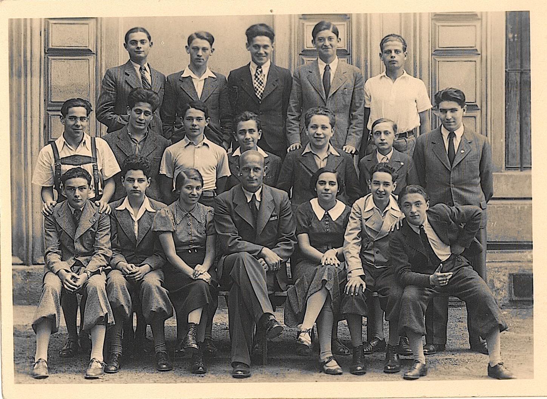 5. tř. 1936/37 horní řada: 2. zleva Koloman Edelmann sedící: 1. zleva Otto Stiassný, uprostřed prof. Ladislav Fárník