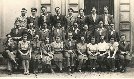 4. tř. 1936/37 Eva Taussová sedící 3. zleva
