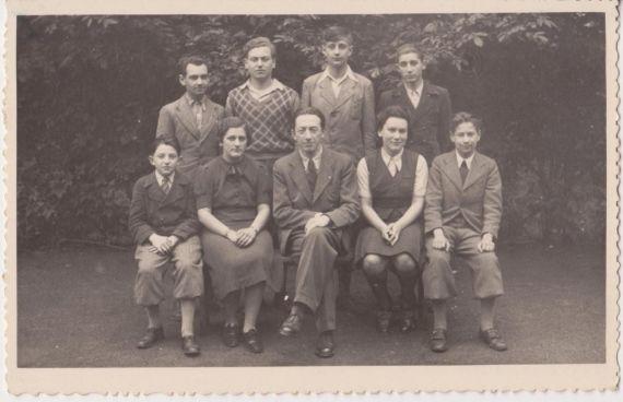 5. tř. 1938/39 (květen) stojící: ???, Kurt Ritter, Pavel Beer, Radomil Štosek sedící: Matanjah (Tany) Schnitzler, Klaudie Janáková, prof. Leopold Schnitzler, Lotte Sonnenfeldová, Erwin Drechsler