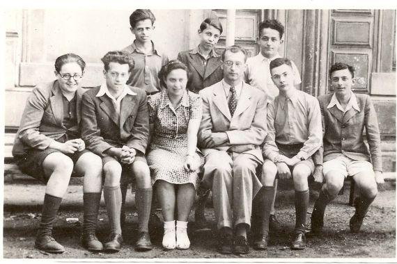 5. tř. 1939/40 stojící: Gideon Goldschmied, Heinz Salinger, Gerhart Broch sedící: Jedidjah Grünfeld, František Spitzer, Martha Taussová, prof. Miroslav Hrdlička, Felix Haas, Erich Gelbkopf