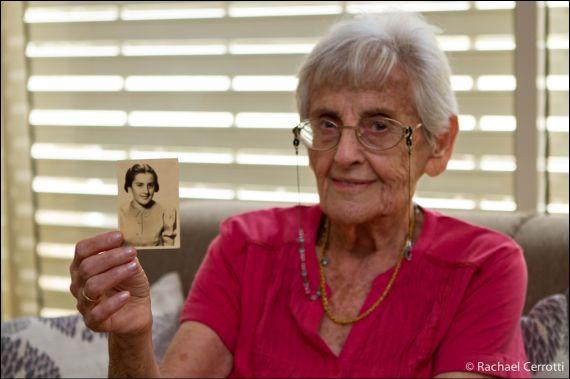 Bývalá studentka Zdeňka Stiasná, dnes Judith Shaked (Haifa, 2012) drží v ruce fotografii z r. 1939. Foto Rachael Cerotti.