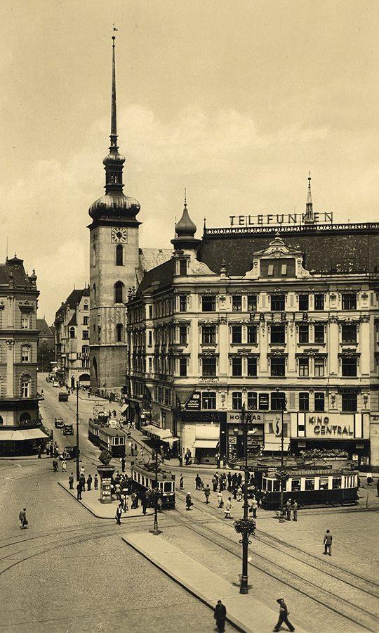 Známá pohlednice z počátku okupace, vpravo kino Central.