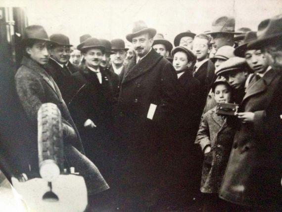 Chaim Weizmann při návštěvě školy - 4. zleva, 3. zleva ředitel dr. Eduard Drachmann (asi 1930)